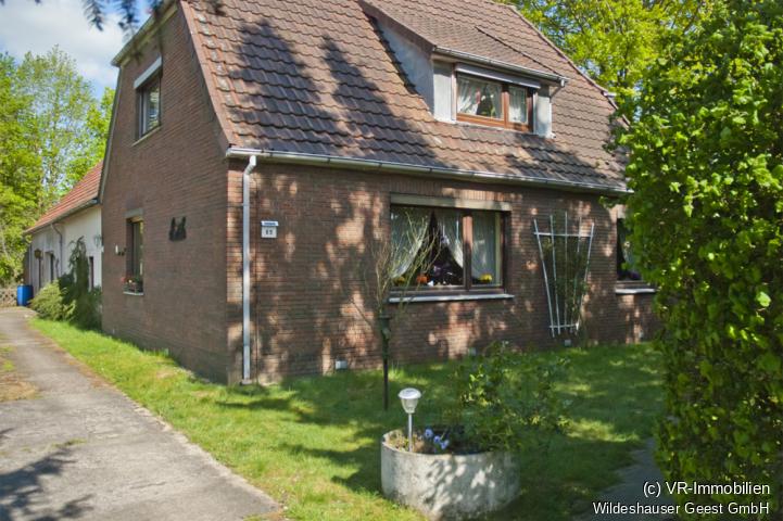 Blick auf das Haus mit Vorgarten.