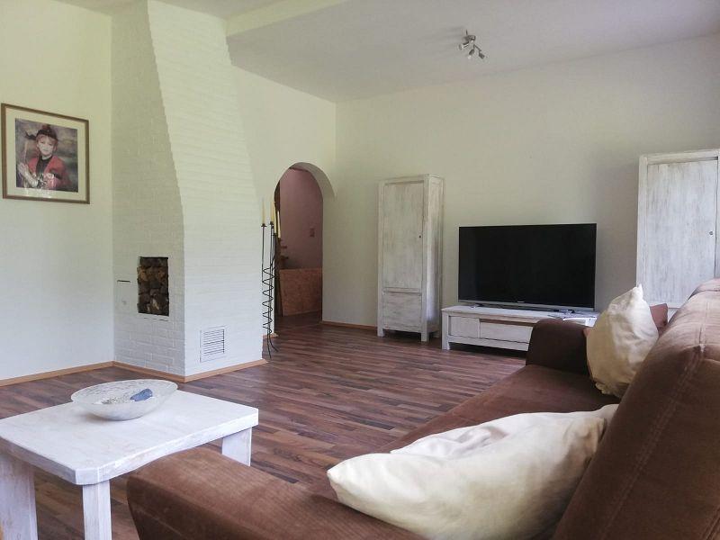 Wohnzimmer mit Zugang zur Diele