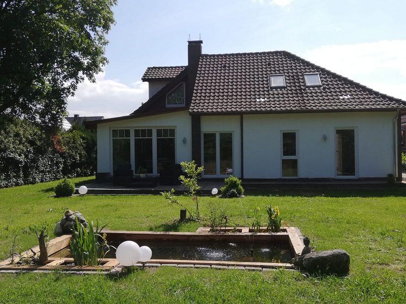 Blick vom Garten zum wohnhaus