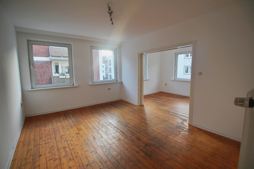 Wohnzimmer mit Blick ins Arbeitszimmer
