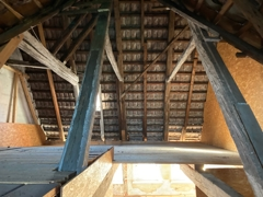 Dachstuhl zur Straßenseite
