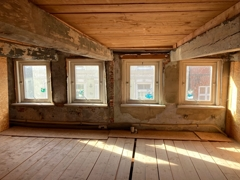 Erste Etage Fensterfront zur Straße