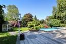 Blick auf die Terrasse und in den Garten