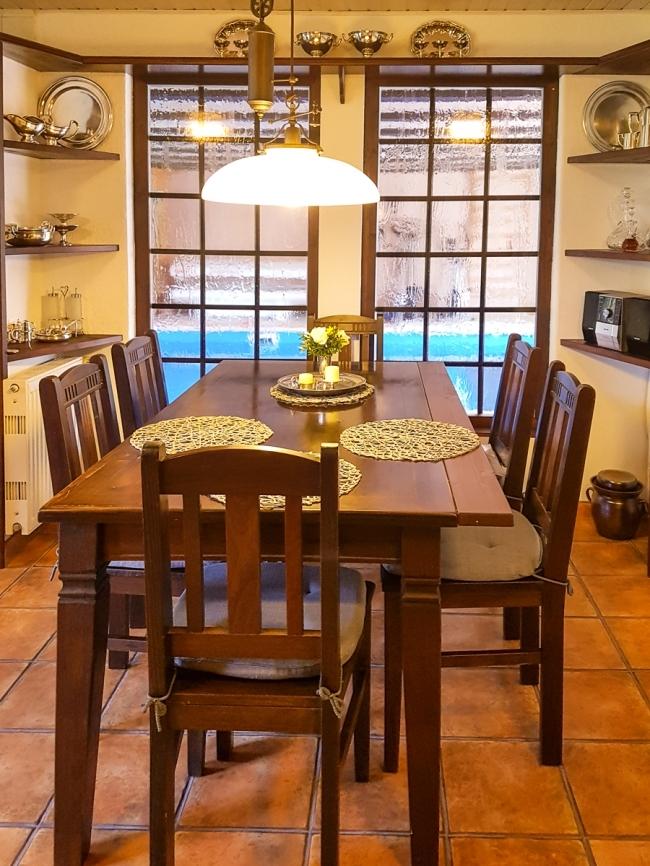 Wohnküche mit Fenster zum Pool