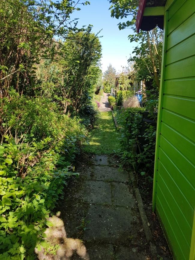 Weg hinter den Gärten