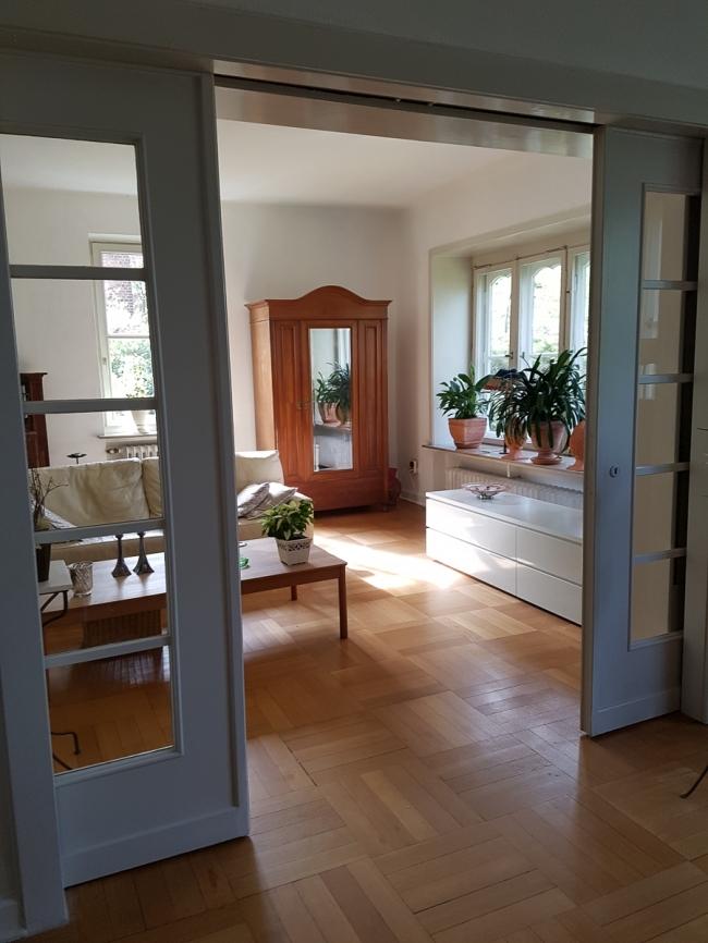 Wohnzimmer mit Schiebetüren
