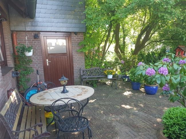 Terrasse und Zugang zur Garage
