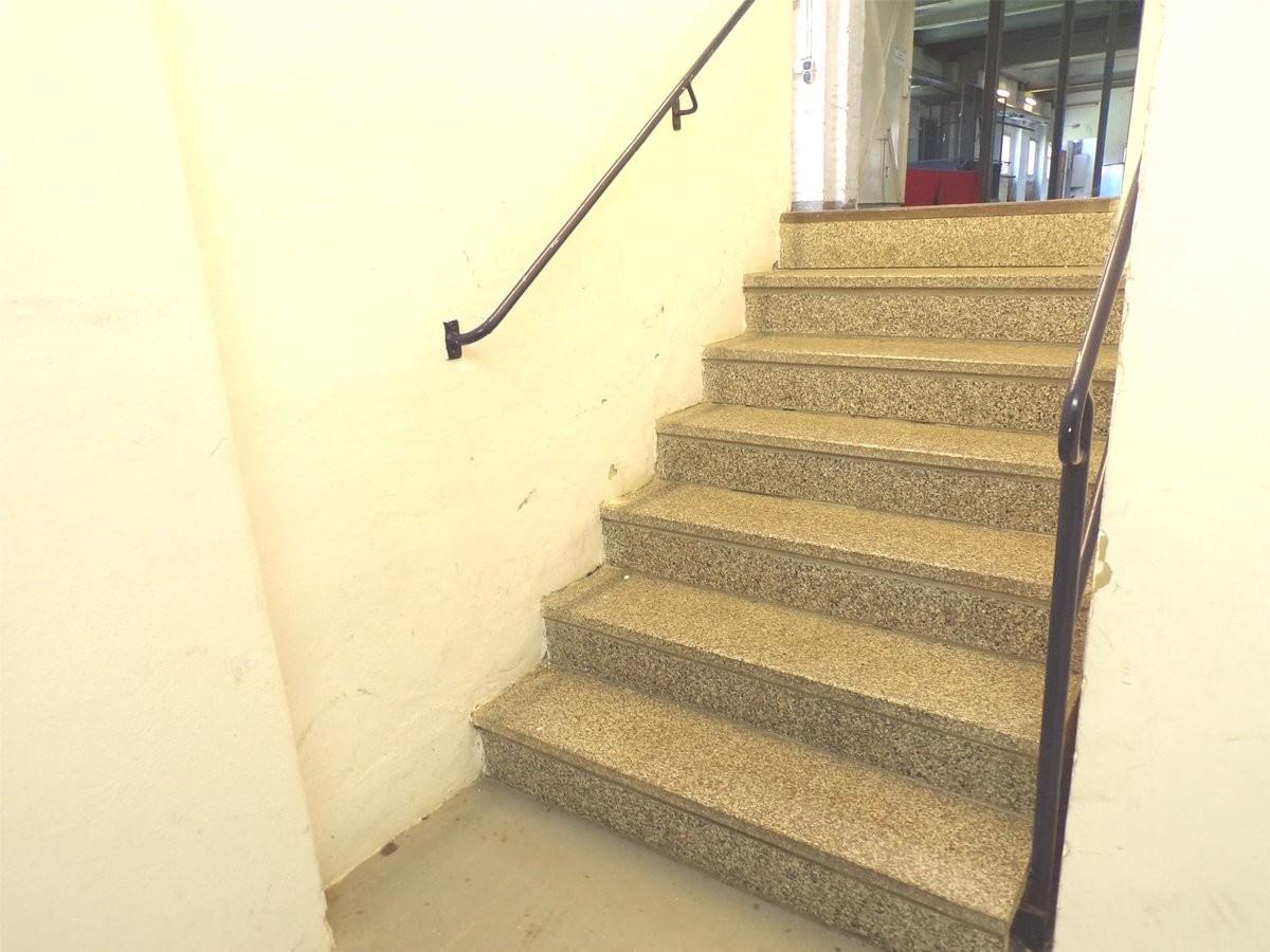 Zum Nebengebäude Treppe