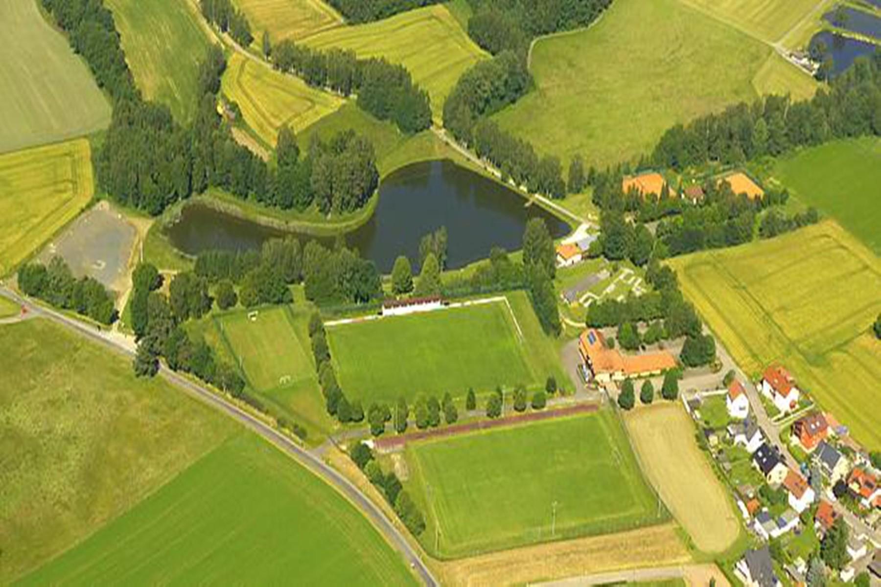 Umgebung-Luftbild See, Fußball- und Tennisplätze