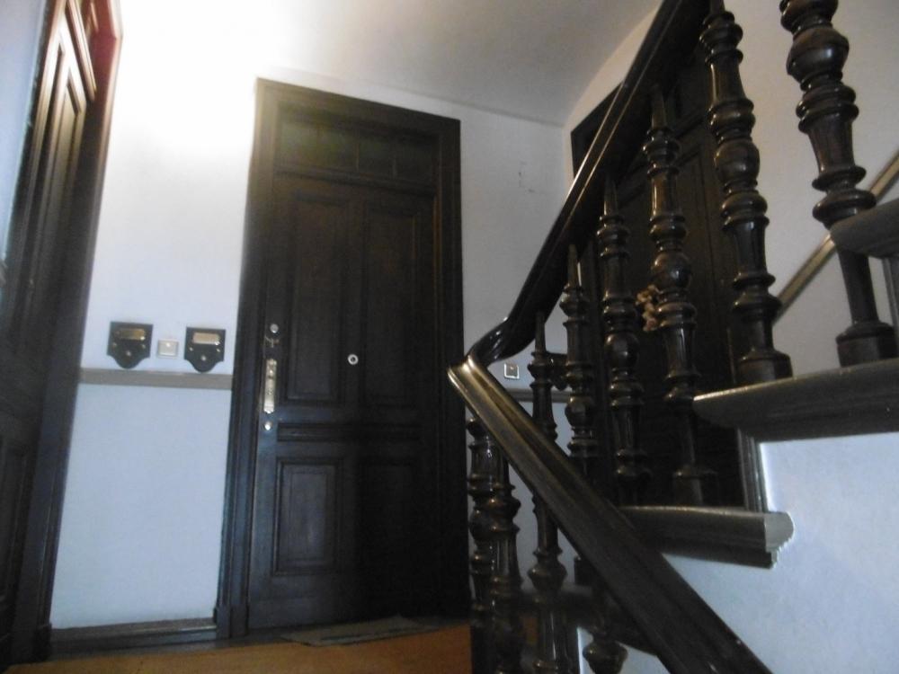 Treppengeländer mit Wohnungstüren