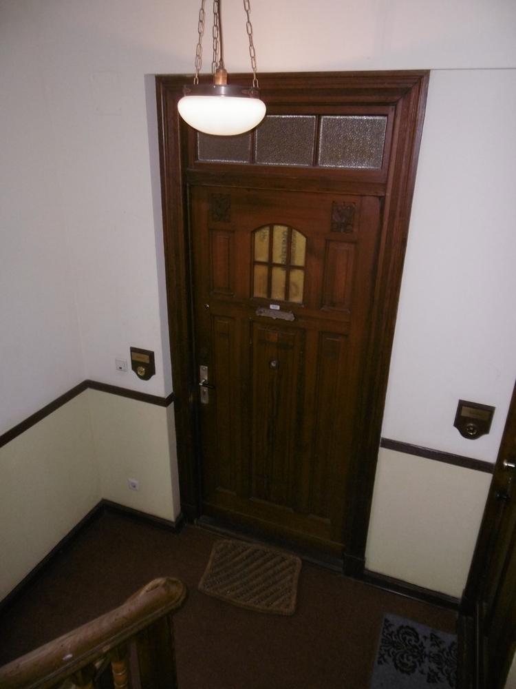 Treppenhaus mit Tür