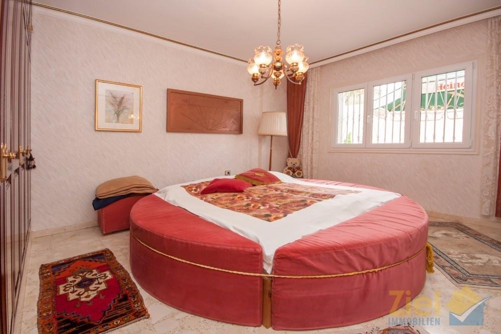 Hauptschlafzimmer mit königlichem Bett