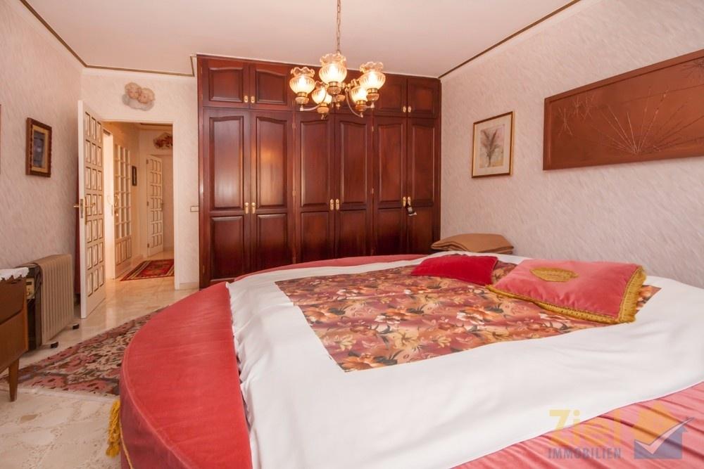 Hauptschlafzimmer mit praktischem Einbauschrank