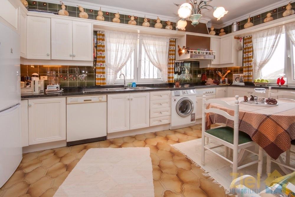 Helle Möbel der Küche bieten Stauraum