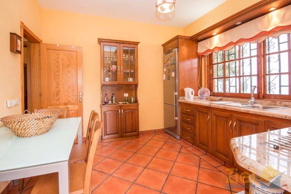 Wohnküche mit Frühstückstisch