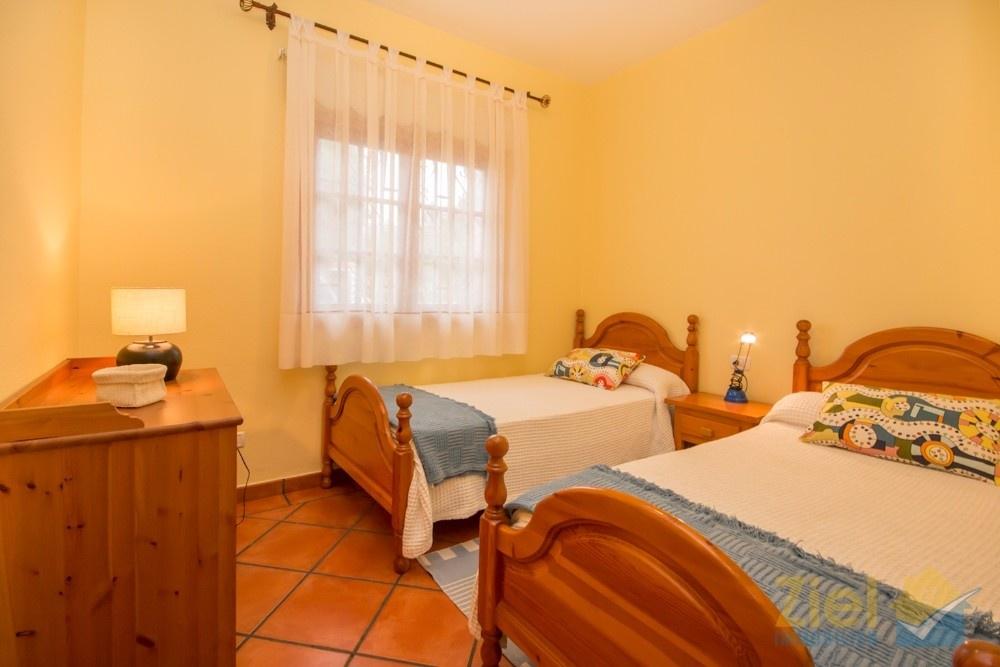 Zweites Schlafzimmer mit Schrank ausgestattet
