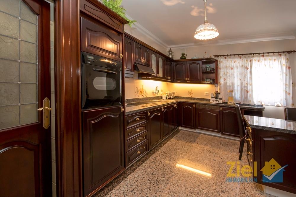 Edle Einbauküche mit Vorratskammer