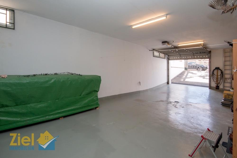 Grosse Garage unter dem Haus