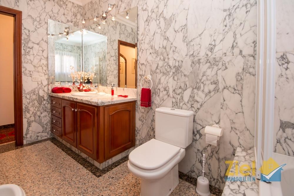 Hochwertiges Bad aus Marmor und Granit