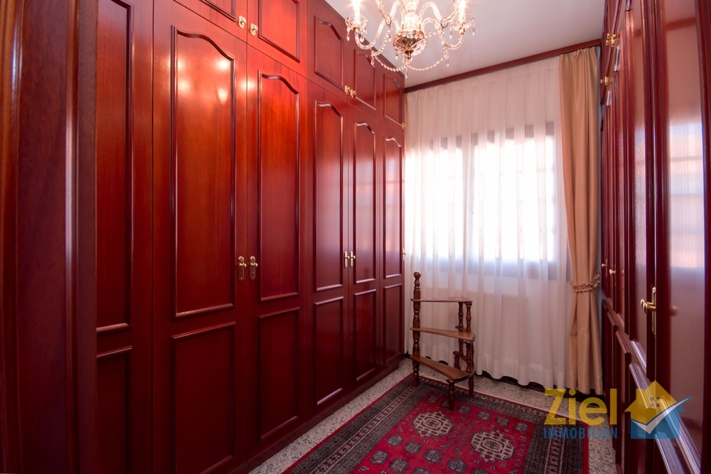 Ankleidezimmer mit viel Stauraum