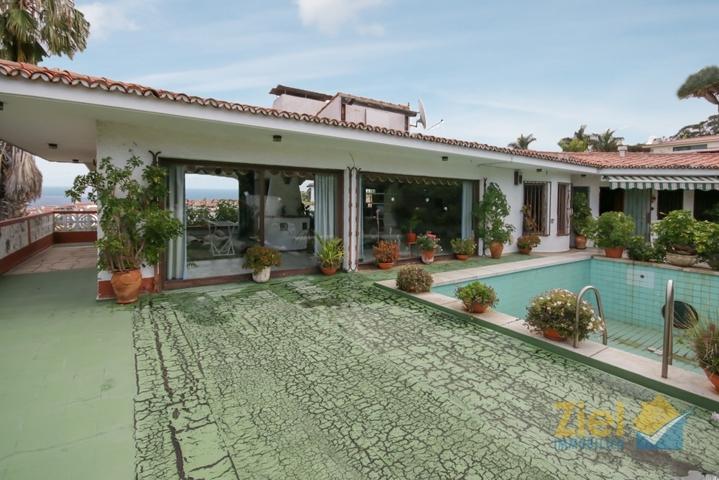 Penthouse mit verglastem Wohnzimmer