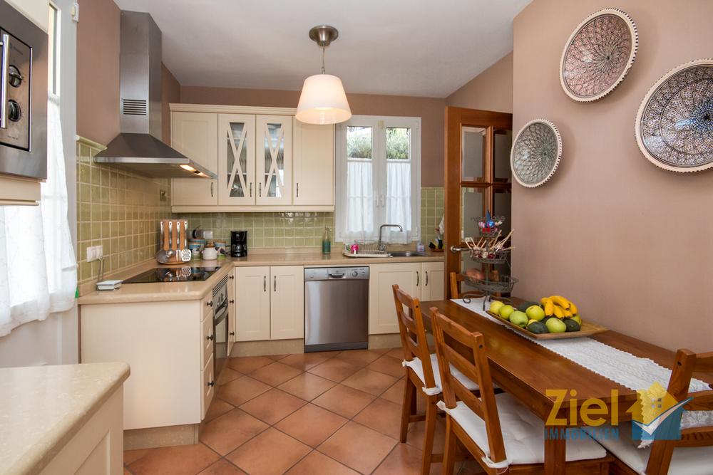 Voll ausgestattete Wohnküche