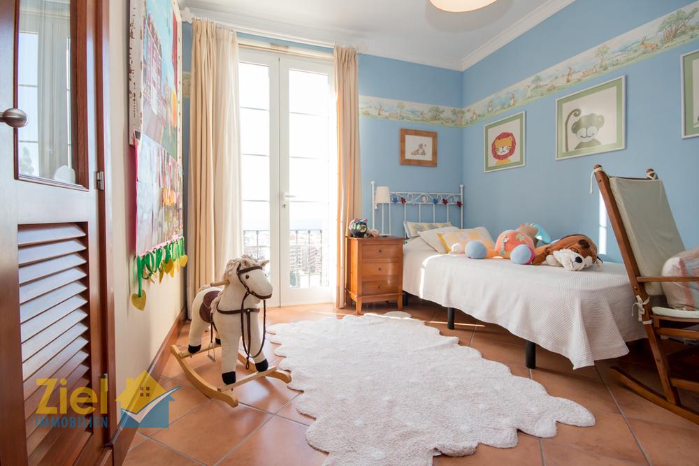 2. Schlafzimmer mit Einbauschrank