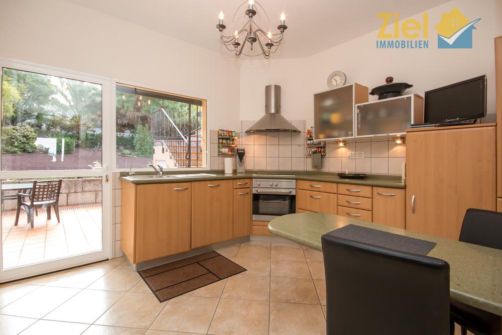 Helle Einbauküche mit Terrassenausgang