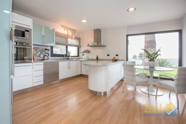 Offene Küche mit Meerblickessplatz