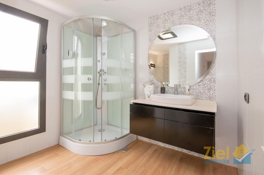 En-suite Bad mit Eckdusche, WC und Bidet