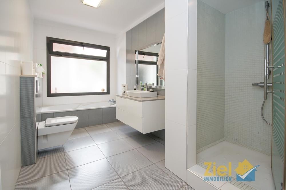 Zweites Bad mit Wanne und Dusche