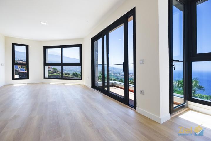 Moderner Wohnraum mit Balkon