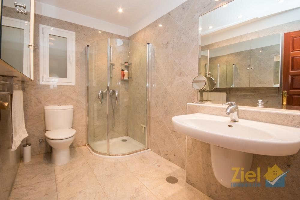 Badezimmer mit walk-in Dusche