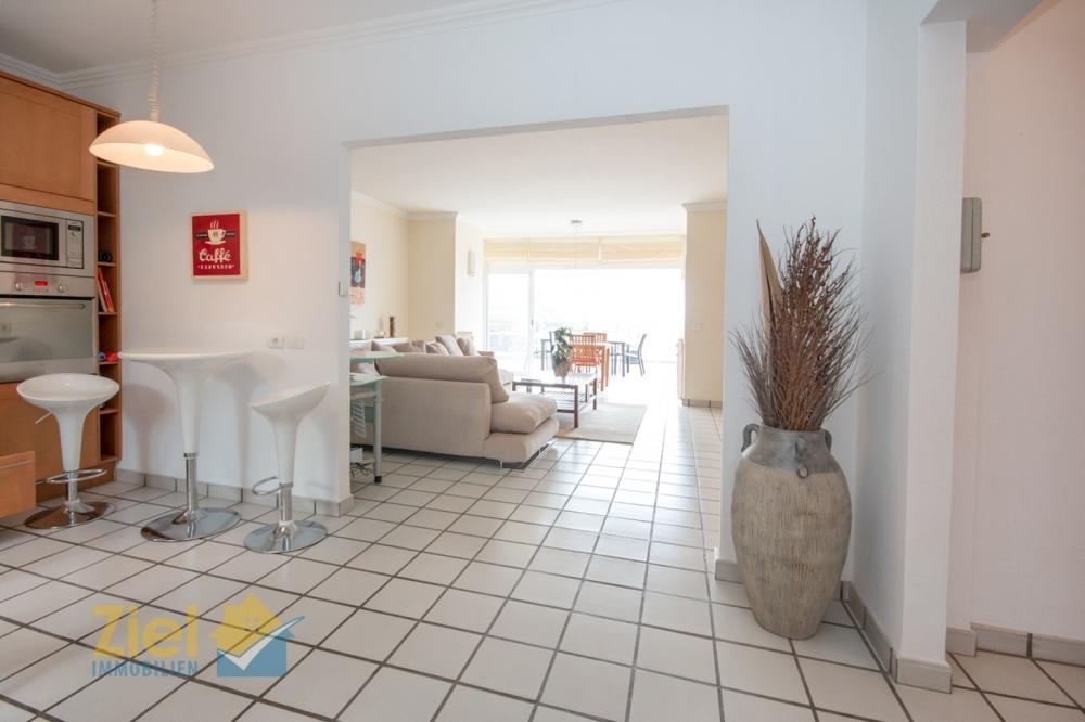 Küche mit Zugang in den Wohnraum
