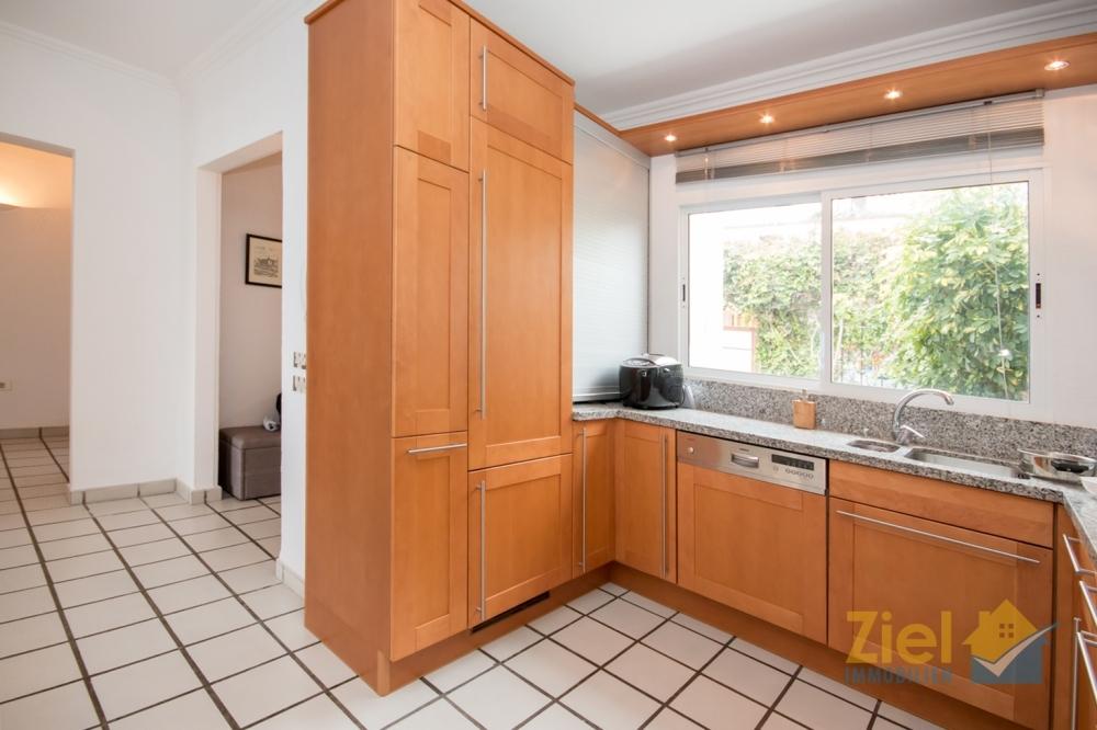 Voll ausgestattete und helle Küche