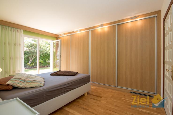 Erstes Schlafzimmer mit Einbauschrank