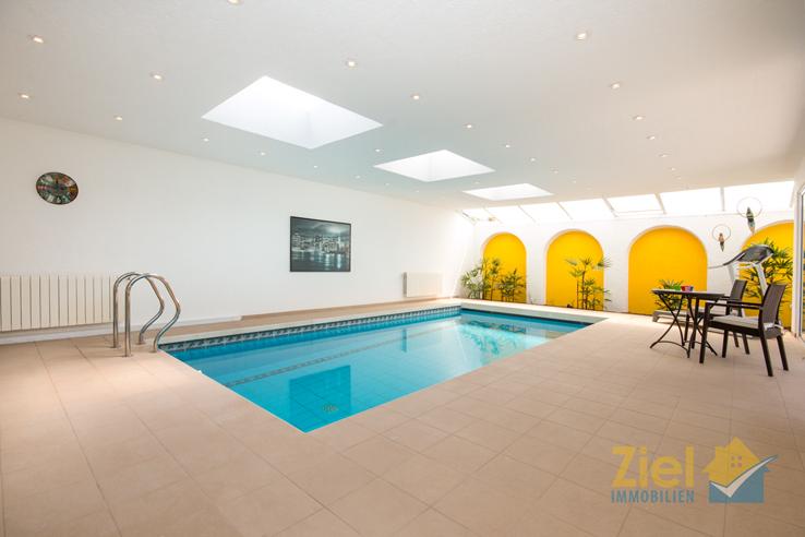 Grosser Pool mit automatischer Abdeckung
