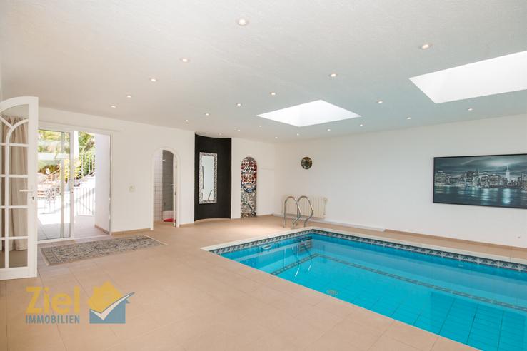 Bad und Abstellraum beim Pool