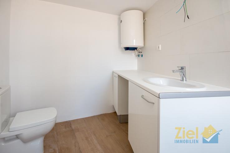 Gästebad mit WC und Waschtisch