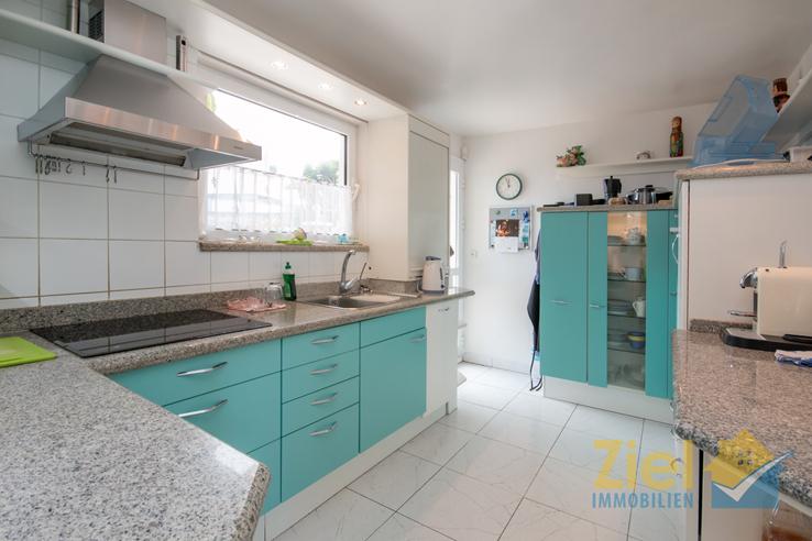 Farbenfrohe Küche mit Frühstücks-Terrasse