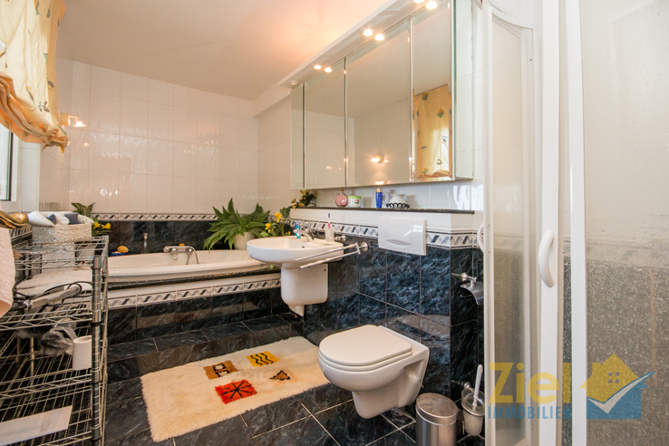 En-suite Wannen- und Duschbad