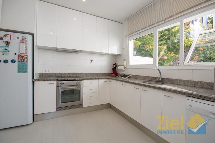 Helle Küche mit grosser Arbeitsfläche