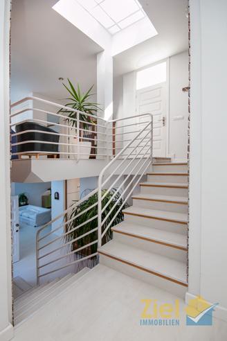 Lichtdurchflutetes Treppenhaus