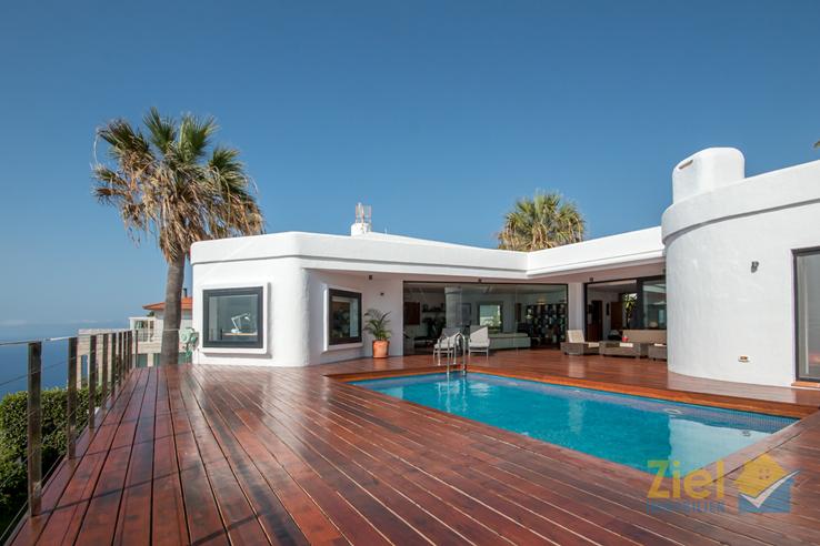 Luxuriöse Sonnenterrasse mit Pool