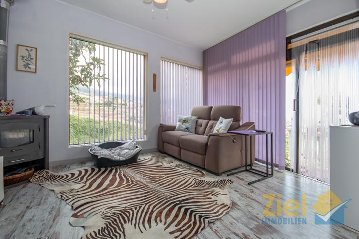 Bodentiefe Fenster im stilvollen Wohnzimmer