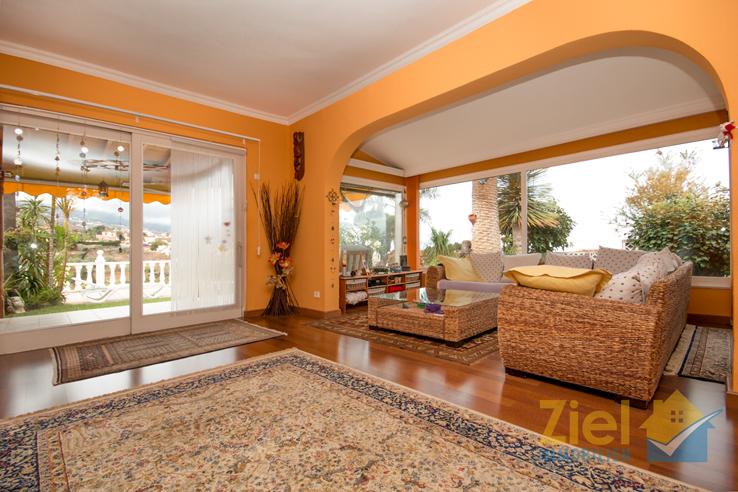 Luminöser Wohnbereich mit Terrassenausgang