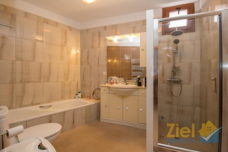 En-suite Bad mit Wanne und Dusche