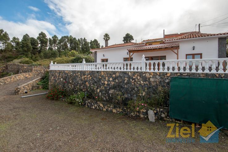 Grosse und rustikale Terrasse vor dem Haus