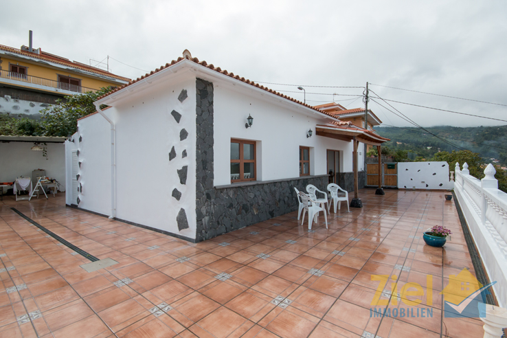 Weite Terrasse vor und neben dem Haus