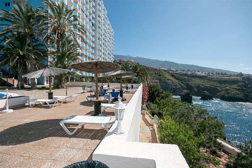Hotelpool mit Meerblick